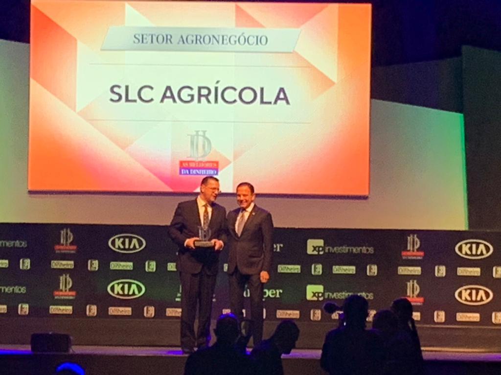 Ivo-Diretor-recebe-Categoria-de-Melhor-empresa-no-Setor-de-Agronegócio